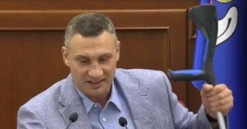 """Кличко встал на костыли и разразился угрозами, видео: """"Опция для нерадивых"""""""