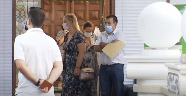люди карантин черга українці маски