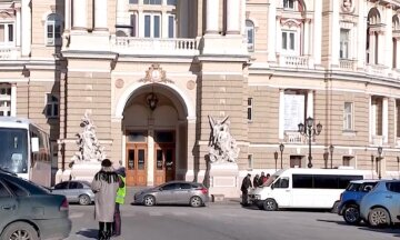 Вандали влаштували безчинства перед Оперним театром в Одесі: кадри наслідків