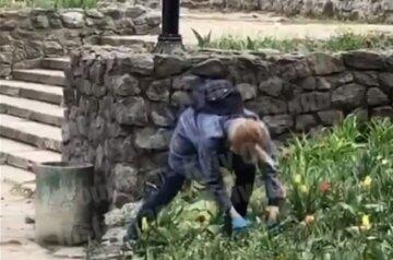 """Жінка безцеремонно викопала квіти у парку Києва, з'явилося відео: """"На салат"""""""