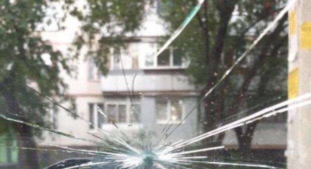 На автомобили харьковчан устроили атаку боярышником: кадры последствий