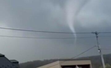 Cтихия обрушилась на украинскую землю: торнадо срывал крыши с домов и уносил на 30 м, видео