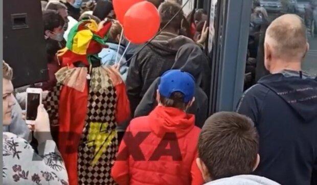 """Толпа харьковчан устроила штурм супермаркета, кадры безумия: """"первым 100 в подарок вирус"""""""