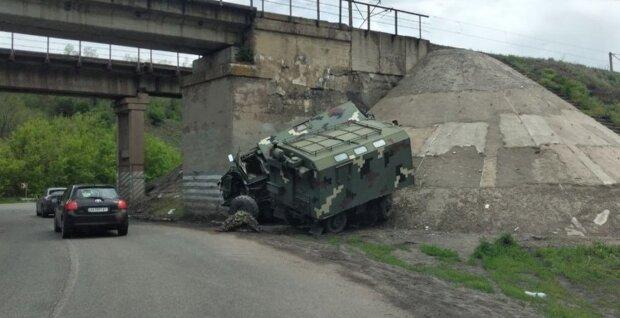 На Харьковщине авто с военными протаранило опору моста: фото с места ДТП