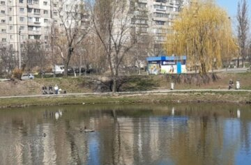 """В сети показали, как гуляют киевляне во время ожесточенного карантина: """"с курицей на руках и..."""""""