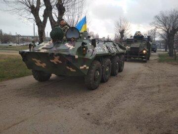 Готовы действовать решительно: военных с тяжелой техникой стянули на границу в Одесской области, видео