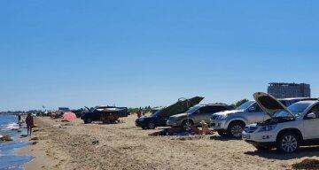 """Туристы превратили одесское побережье в парковки, видео: """"как возле торговых центров"""""""