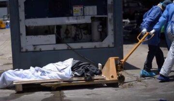 """""""Помістили в мішок і зарили, як собаку"""": українця з інсультом поховали за """"ковідним"""" протоколом"""