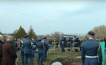 Сотни людей пришли проститься: под Харьковом похоронили 24-летнего бойца ВСУ, видео