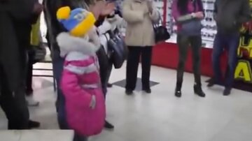 """""""Со слезами на глазах и теплом в сердце"""": девочка исполнила гимн Украины посреди торгового центра, видео"""