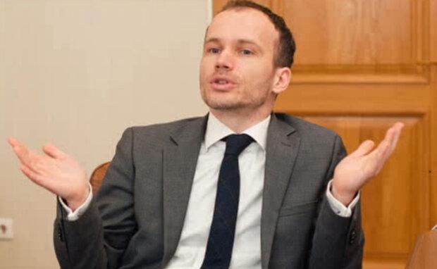 """Министра Малюську застали за странным занятием в кабинете: """"Коронавирус в голову ударил?"""""""