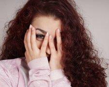 Женщина девушка прячет глаза
