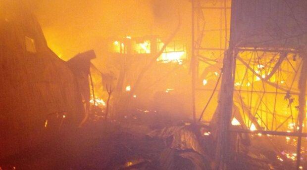 Масштабна НП в Одесі, вогонь охопив будиночки на причалі: кадри подій