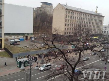 Протестующие идут шеренгой по Крещатику (фото)