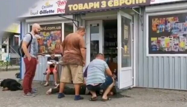 Бросалась камнями и издавала животные звуки, кадры: в Днепре неадекватная атаковала магазин, есть пострадавший
