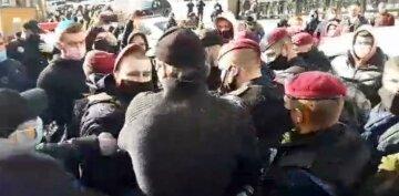 """Столкновения начались под Кабмином, стягивают Нацгвардию, дороги заблокированы: """"Нам надо кормить семьи!"""""""