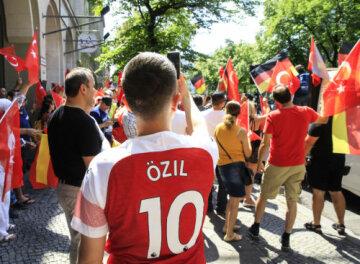 Almanya'da «Ben Özil'im» gösterisi