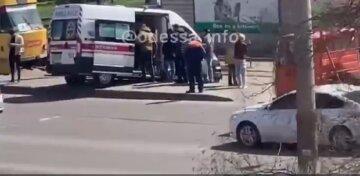 В Одесі швидка потрапила в серйозну ДТП: машину медиків відкинуло на зупинку, кадри того, що відбувається