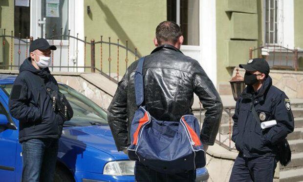 """""""І в горі, і в радості"""": українка в розпал карантину викинула на вулицю чоловіка-заробітчанина"""