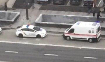 """В Киеве автобус сбил человека на """"зебре"""", кадры с места ДТП: """"Удар был такой силы, что..."""""""