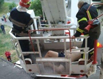 Чоловік влаштував дебош після падіння з 5-го поверху: не могли втихомирити ні медики, ні рятувальники