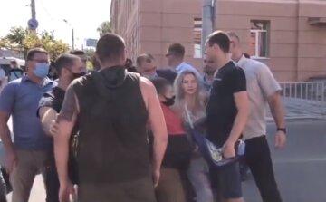 """У Дніпрі почалися сутички між активістами та охороною Зеленського, кадри: """"Хотіли запитати про..."""""""