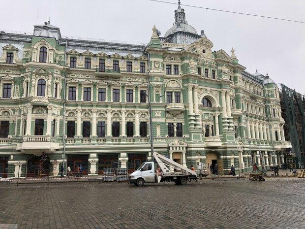 Одесситы рискуют провалится под землю возле отреставрированного дома Руссова: видео
