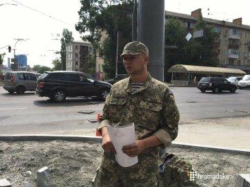 Боєць АТО прикував себе до стовпа і оголосив голодування (фото)