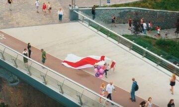 Символ Беларуси пролетел над Киевом: видео необычной акции