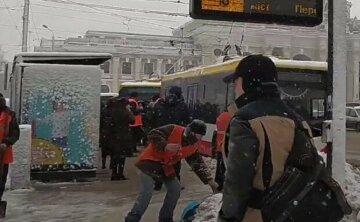 Негода вирує на Одещині: на розчищення снігу виведено тисячі людей