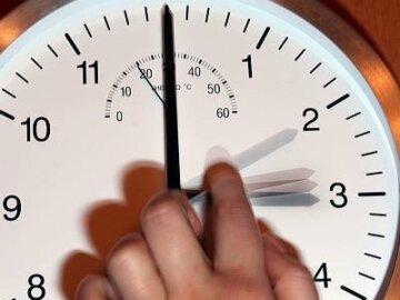 »Зимнее время» пришло: «украинцы переведут стрелки часов на час…», детали