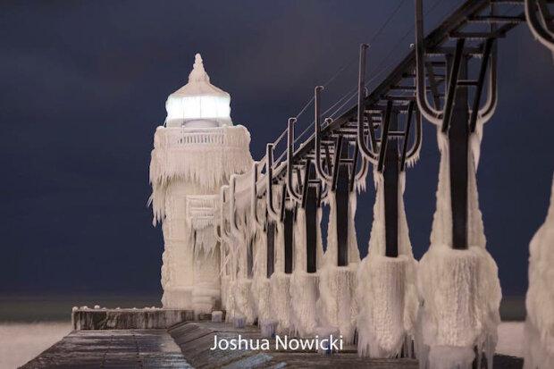 Стихія перетворила маяк на крижану скульптуру (фото)
