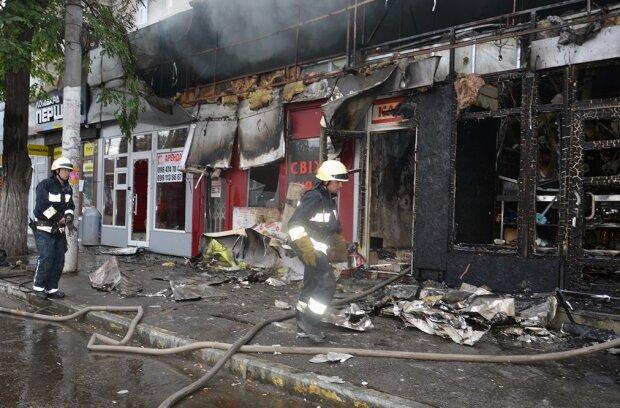 У центрі Дніпра спалахнула масштабна пожежа, кадри: вогонь охопив кафе і павільйони