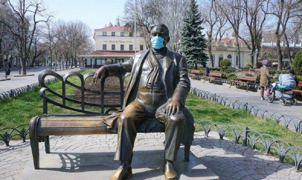 Пушкина, Утесова и других защитили от коронавируса в Одессе: удивительные фото