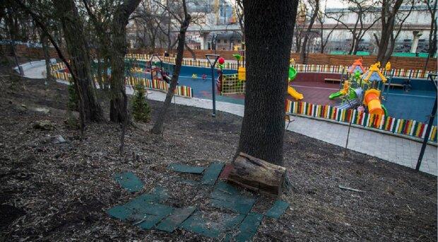 """Опасность нависла над одесситами в центре города, фото: """"рядом детская площадка"""""""