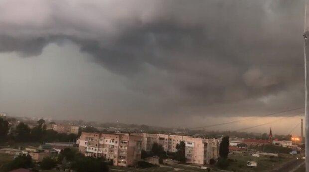 В Одессе ураган сметает все на своем пути: есть пострадавшие, кадры последствий