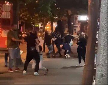 Толпа дебоширов устроила бой в центре Одессы: видео массовой драки