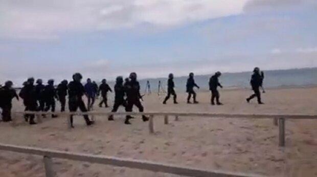 Столкновения одесситов с силовиками начались на пляже: видео беспорядков