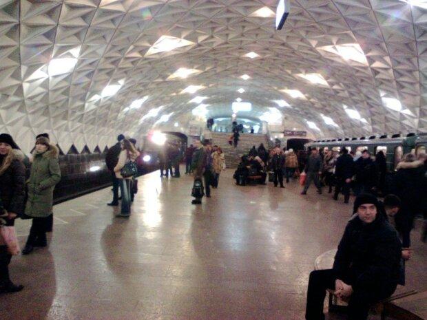 """Пасажири влаштували масову бійку в метро Харкова: """"Вагон на вагон"""", кадри"""