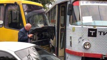 В Одесі маршрутка протаранила трамвай з пасажирами, рух зупинено: кадри аварії
