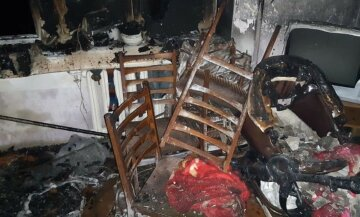 """Огонь охватил дом на Львовщине, первые детали ЧП: """"В квартире с мамой были трое детей"""""""