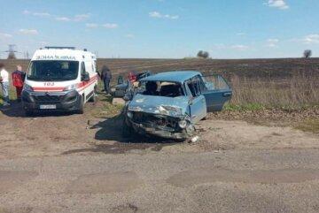 Скорая забрала семь человек: водитель легковушки вылетел на встречку под Харьковом, кадры с места