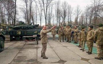 На украинскую границу срочно стягивают военных: что происходит