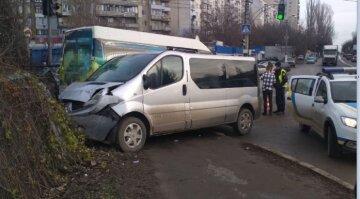 """В Одесі зіткнулися мікроавтобуси, є постраждалі: """"Вилетів на тротуар і врізався в ..."""""""
