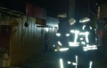 Потужна пожежа спалахнула продуктовому магазині Харкова: кадри з місця НП