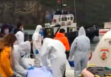 """Корабль с украинцами затонул в Черном море, что известно о погибших и кадры ЧП: """"Пытаются подобраться..."""""""