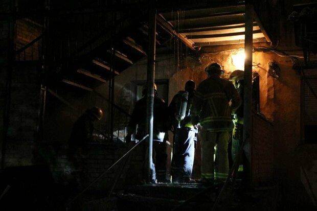 В Днепре разгорелся пожар в многоквартирном доме: спасатели принялись выносить детей на руках, видео