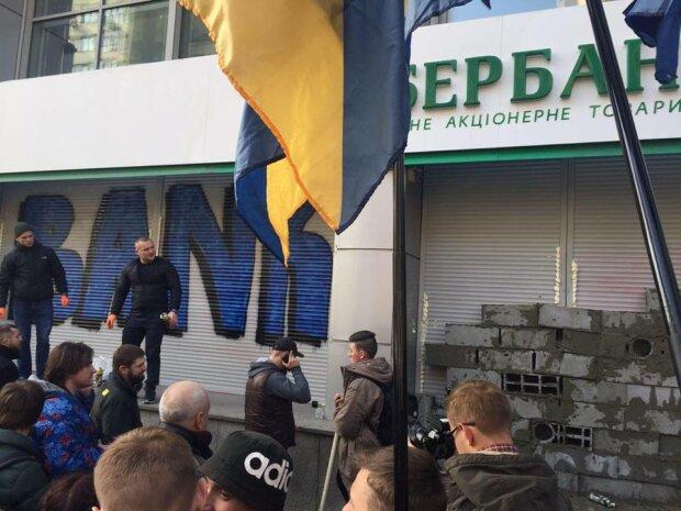 Блокада Сбербанку: в Києві розбирають барикади – фото