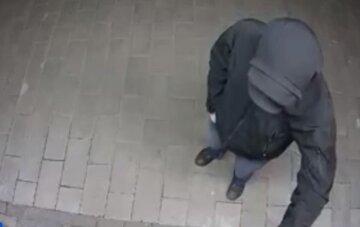 """У Києві розгромили термінал для оплати туалету, відео з місця: """"Мабуть, дуже припекло"""""""