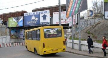 """В одеській маршрутці на ходу злетіло колесо, кадри: """"пасажирам довелося..."""""""